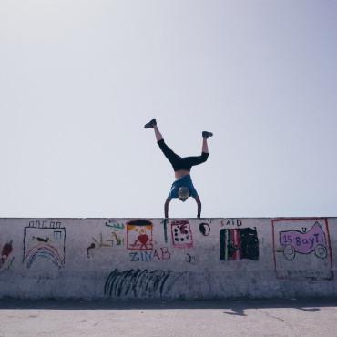 モロッコの港町エッサウィラで見つけた防波堤の上で。