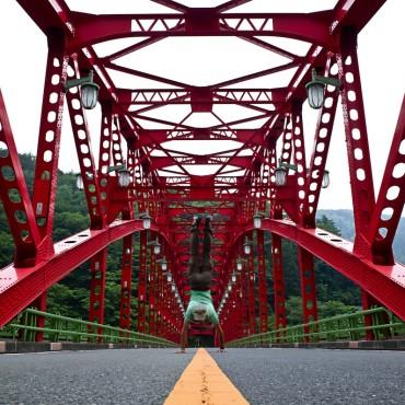 奥多摩湖・峰谷橋の上で。